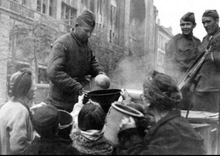 Как красноармейцы гражданских немцем кормили...