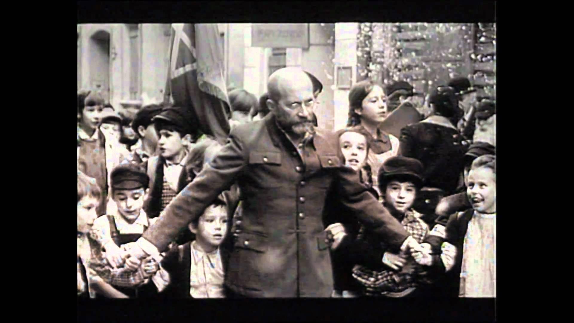 Подвиг польского писателя.Он сопроводил своих воспитанников в газовую камеру концлагеря