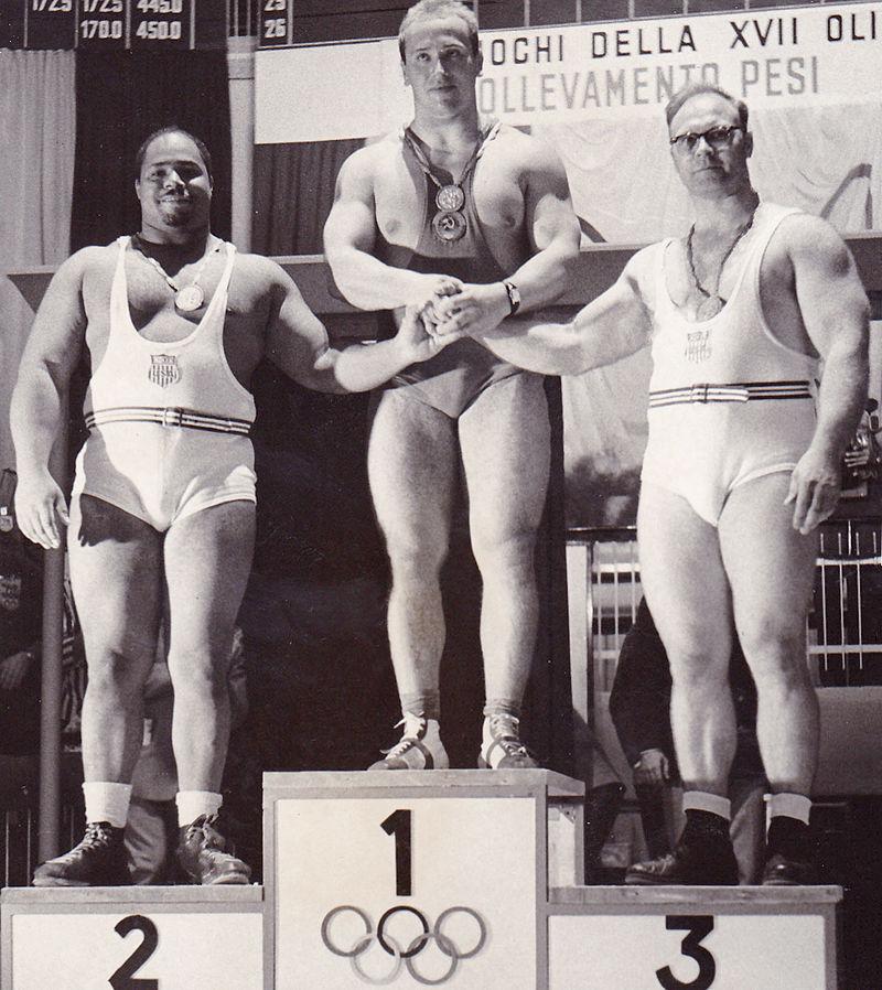 Выше знамя советского спорта!