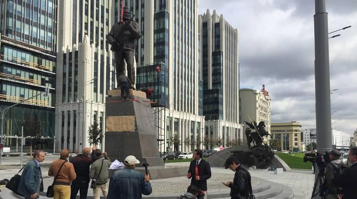 Макаревич назвал памятник Калашникову бездарным и уродливым