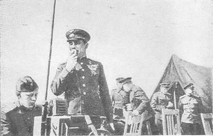 Лейтенант Мальцев — военный связист.
