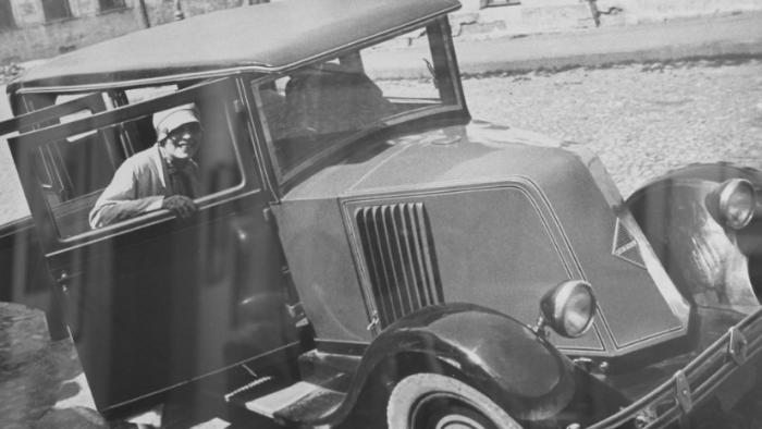 «Форд», «Газик» и серебристый «Мерседес»