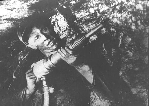 Донецкие шахтеры с лопатами на фашистов