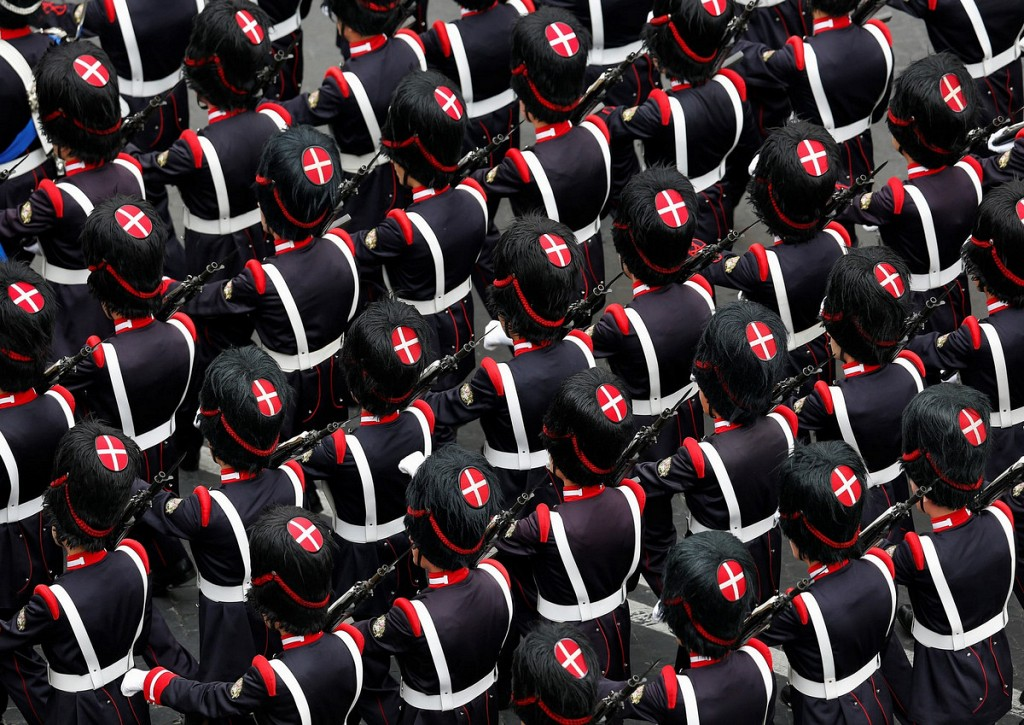 Максимум торжественности: фотографии военных парадов из разных стран