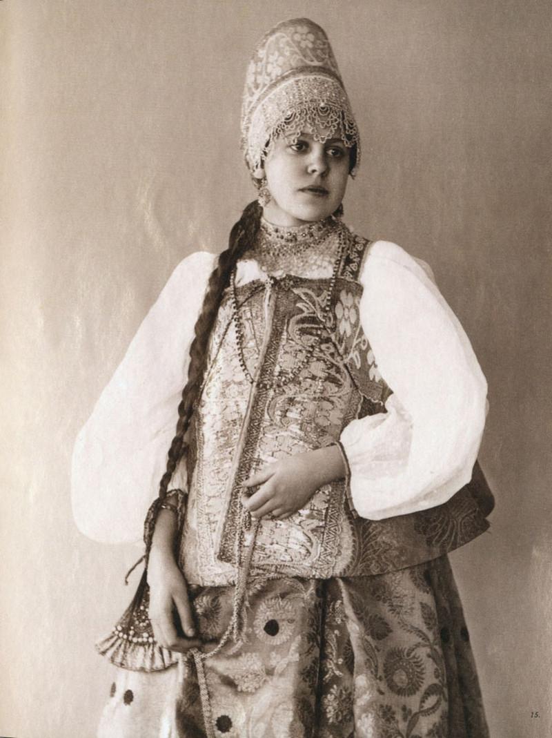Русские красавицы 19-го века в традиционных костюмах