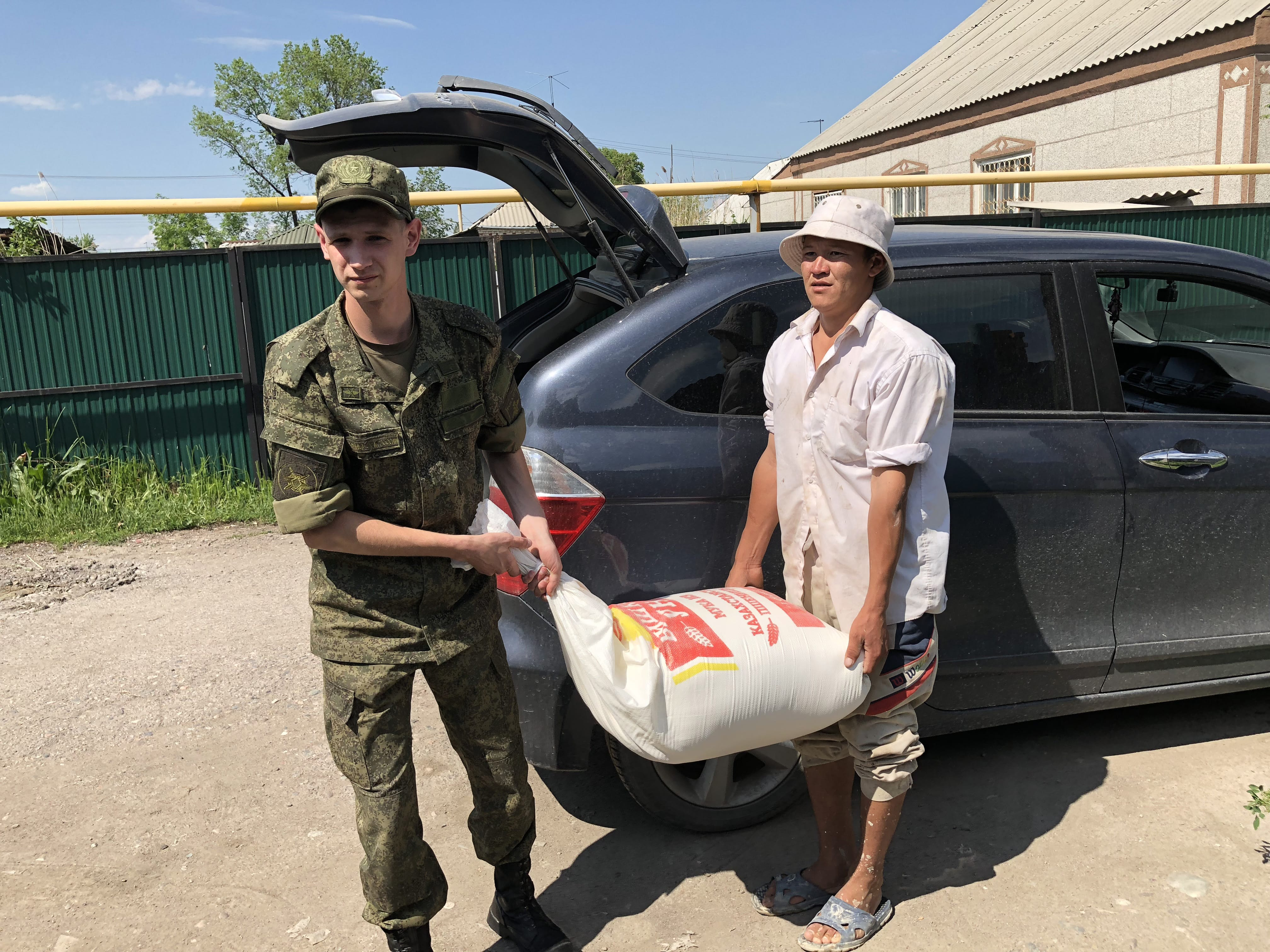Военнослужащие авиабазы Кант поздравили Баатыр эне с «Днём Матери Кыргызстана»