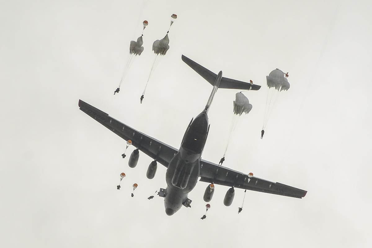 Не ссорьтесь с русскими: они упадут к вам с неба вместе с танками