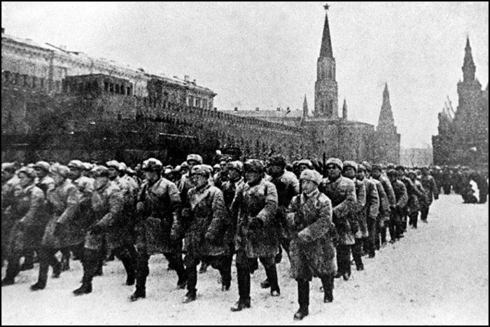 «Восемь часов – немец над Москвой. По нему часы проверять можно было»