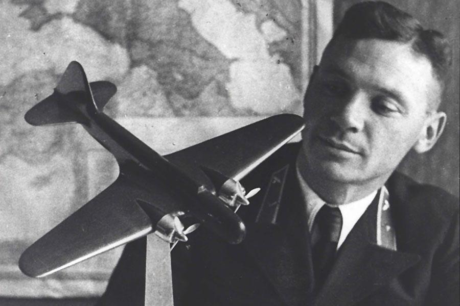 У него было 3 класса образования и 20 мировых авиационных рекорда